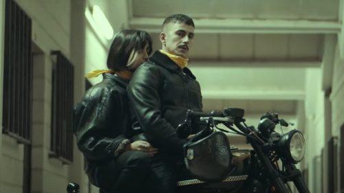 Wanna Dee coge la moto para el clip de 'Night Raven'