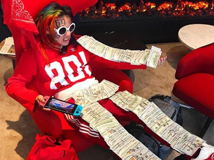 6ix9ine regala dinero y se hace fotos para demostrar que no tiene miedo