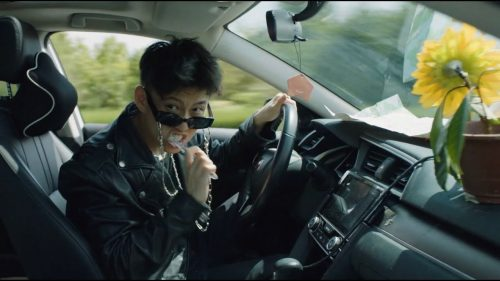 Rich Brian nos lleva de viaje en el videoclip de 'DOA'