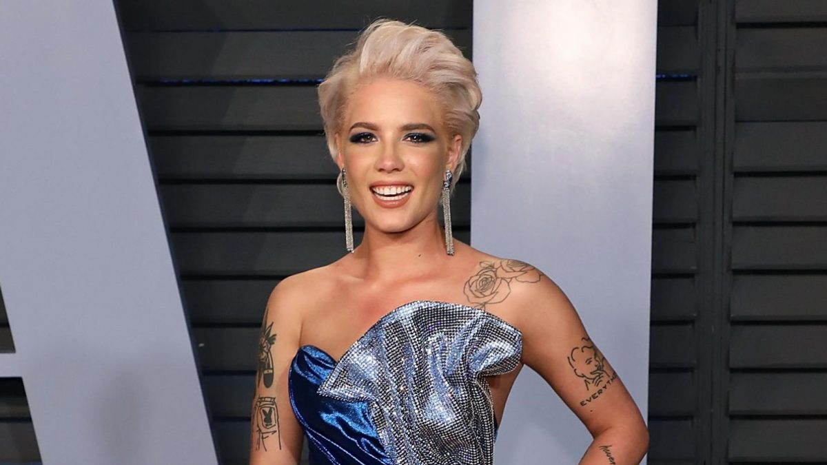 """Halsey dice que los Grammy """"dependen más de los sobornos que de la música"""""""