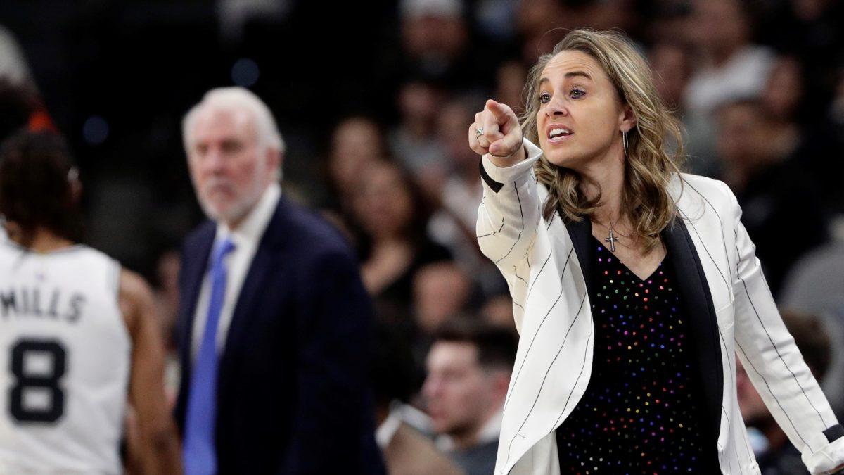 Becky Hammon, primera mujer entrenadora oficial en un partido de la NBA