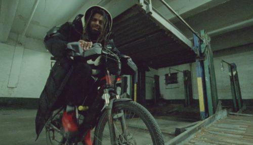 J. Cole se traslada a Nueva York para el clip de 'a p p l y i n g . p r e s s u r e'