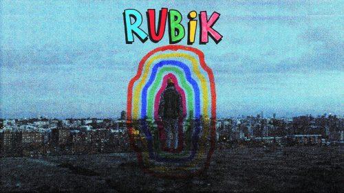 Cráneo mezcla todos los colores en su cubo de 'Rubik'
