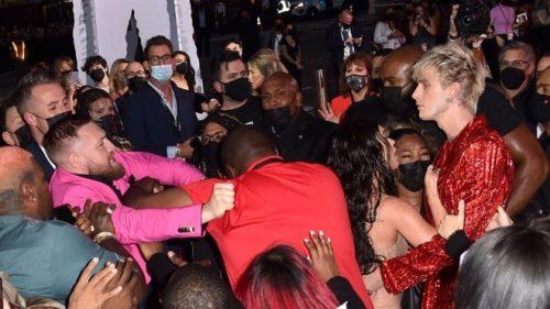 Conor McGregor y Machine Gun Kelly se pelean en los VMA
